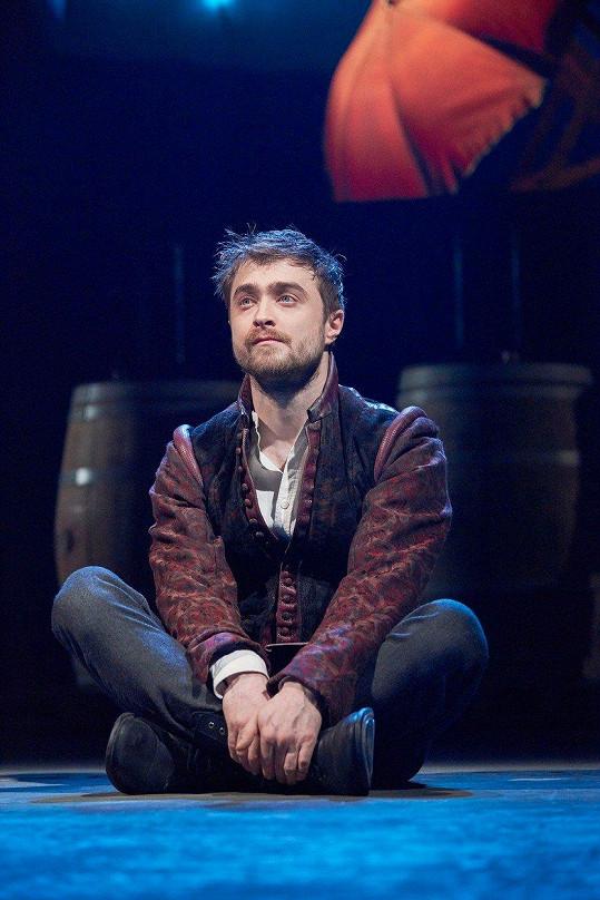 Činný je i v divadle. Zde ve hře Rosencrantz a Guildenstern jsou mrtvi.