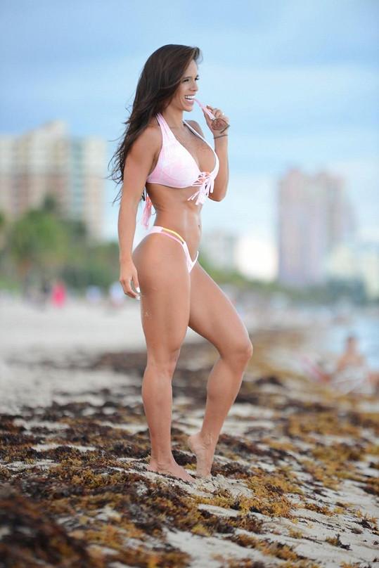Michelle Lewin odpočívala na pláži v Miami