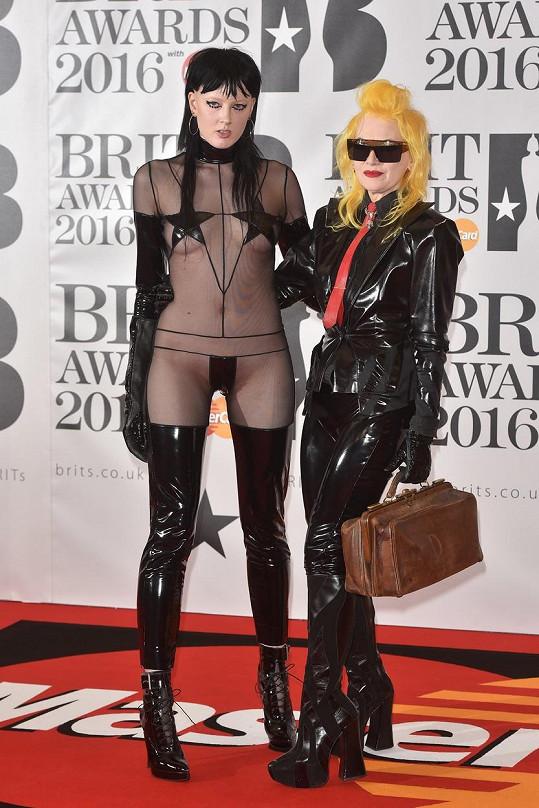 Návrhářka Pam Hogg (vpravo) dorazila na BRIT Awards se spoře oděnou modelkou.