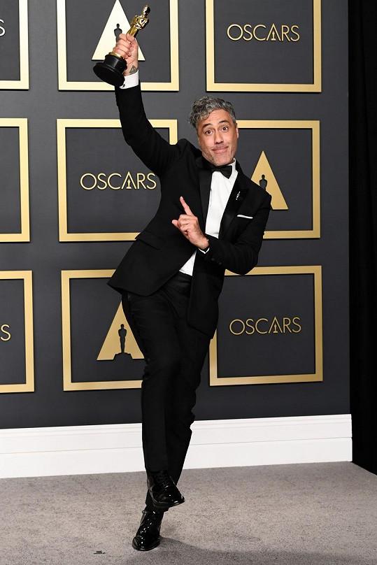 Taika Waititi získal Oscara za nejlepší adaptovaný scénář k filmu Králíček Jojo.