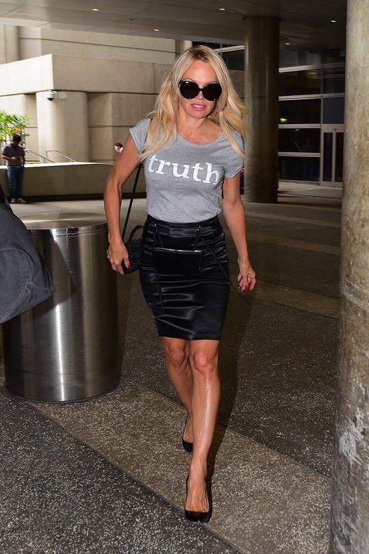"""Pamela Anderson dorazila do Los Angeles jako bojovnice za """"pravdu""""."""