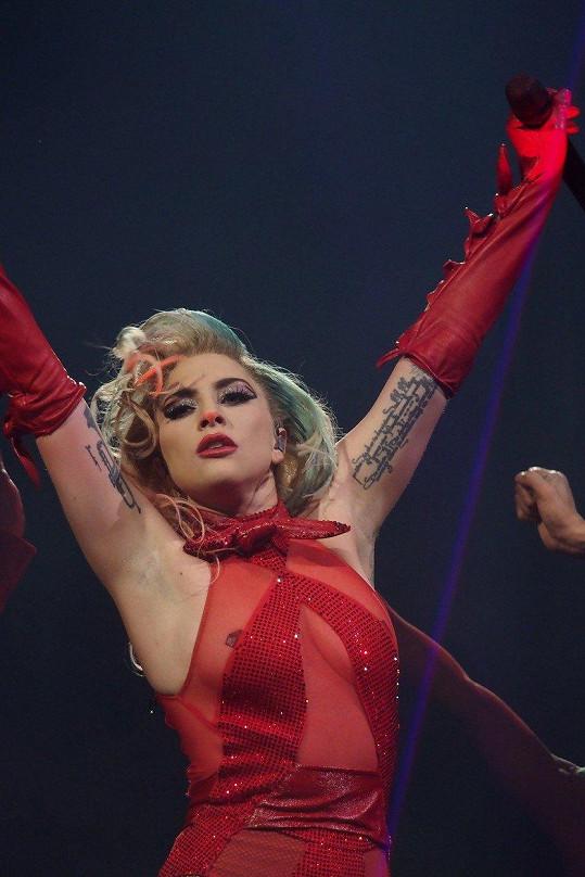 Tomu, co se popové divě stalo teď v Milánu, se při tak náročné choreografii zkrátka nedá zabránit.