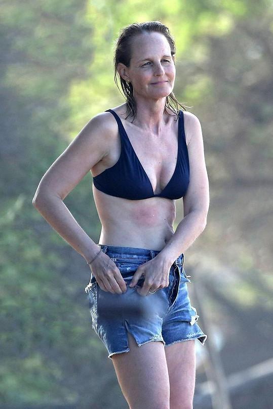 Helen Hunt si postavu udržuje surfováním.