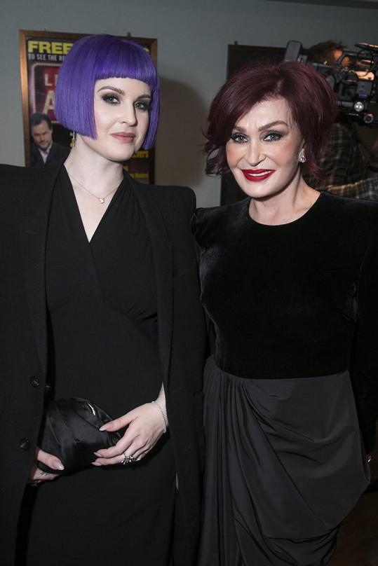 Skoro celý život nosila tmavě červenou, to už víc experimentovala i její dcera Kelly, která nyní nosí vlasy fialové.