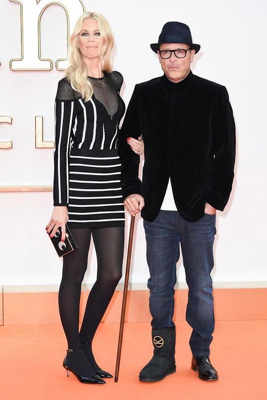 180 cm vysoká Claudia Schiffer sice nemá víc než její manžel Matthew Vaughn, který měří 183 cm. Modelka si ale velmi oblíbila vysoké podpatky, a tak občas i Vaughn vedle ní působí jako prcek.
