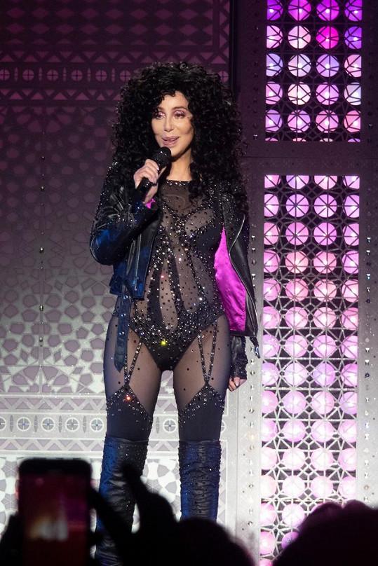Zpěvačka se ani po sedmdesátce nebojí odvážných outfitů. V tomto vystupovala v listopadu v Curychu.