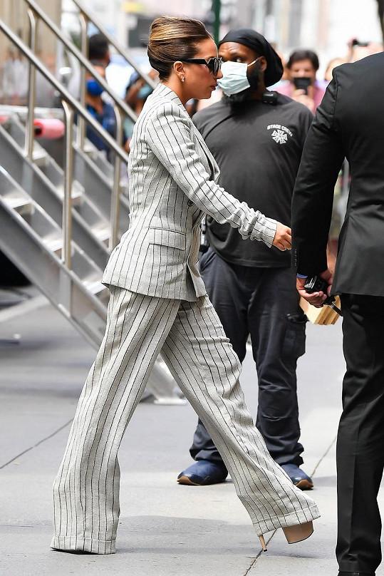 Vysoké boty nosí i ke kostýmku. Vzhledem k výšce tak aspoň nemusí zkracovat kalhoty.