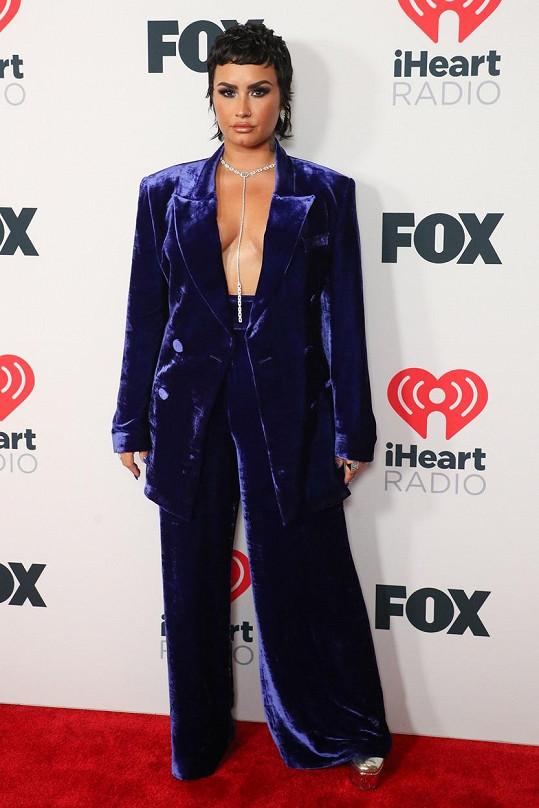 Demi Lovato pod sako kostýmku nevzal/la podprsenku.