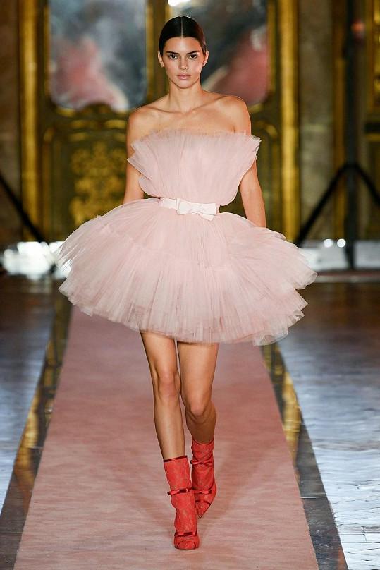 Kendall Jenner na přehlídce Giambattista Valli Loves H&M v Římě.