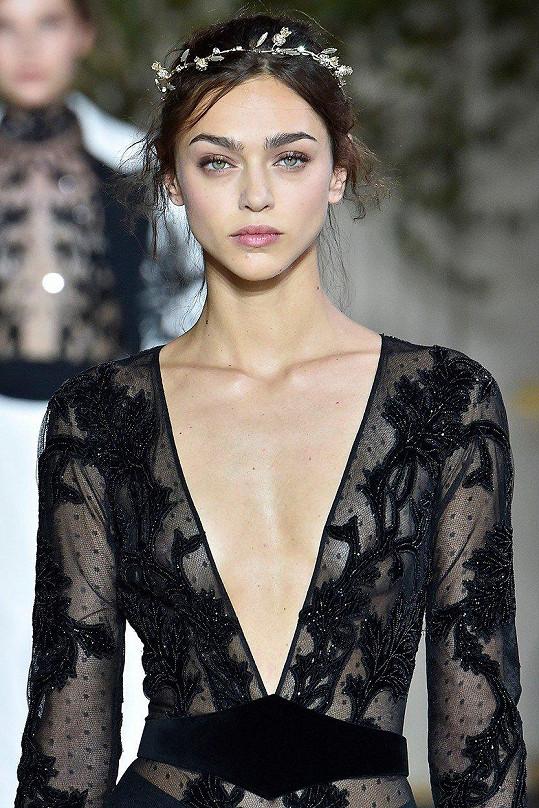 Modelka na přehlídce v šatech, které zaujaly Catherine Zetu-Jones.