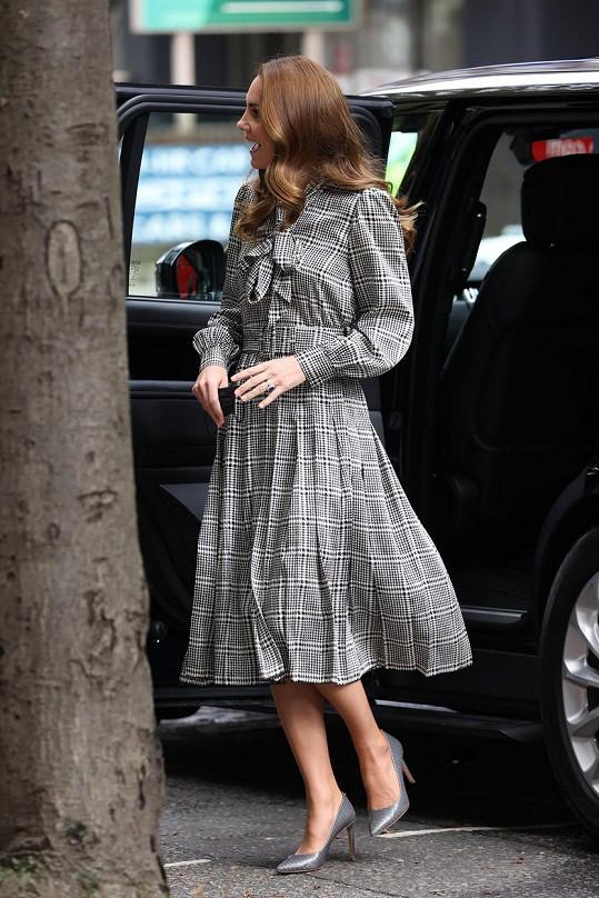 Oblékla šaty z konfekce, které původně vyšly na 2 500 korun a po slevě byly k mání za 500 Kč. Boty značky Hugo Boss má v botníku už dlouho.