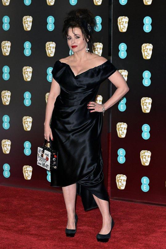"""Helena Bonham Carter nezvolila pouze šaty s hlubokým dekoltem od Dolce & Gabbana, ale také kabelku s nápisem: """"Všechno, co potřebuji je láska a Wi-Fi.""""."""