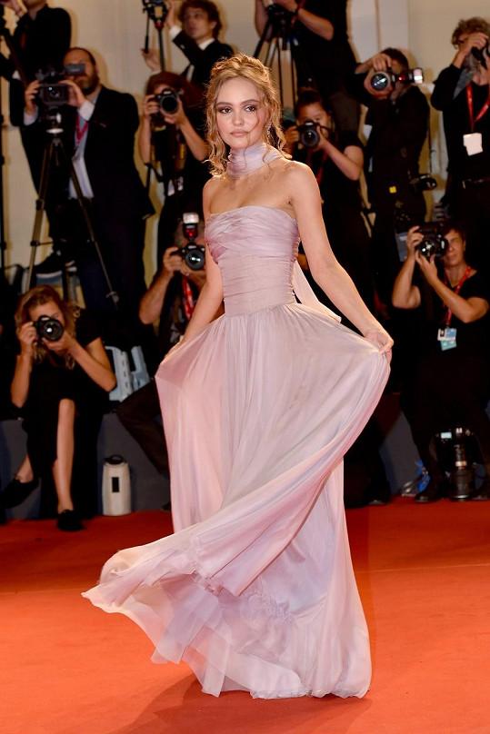 Na červený koberec ji vybavila značka Chanel, s níž spolupracuje.