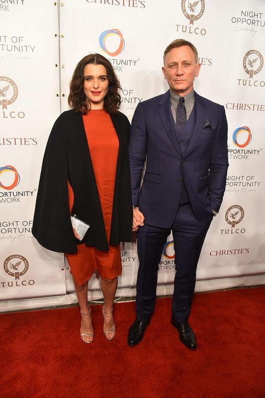 Daniel Craig s manželkou Rachel Weisz se k potlesku pro zdravotníky také připojili.