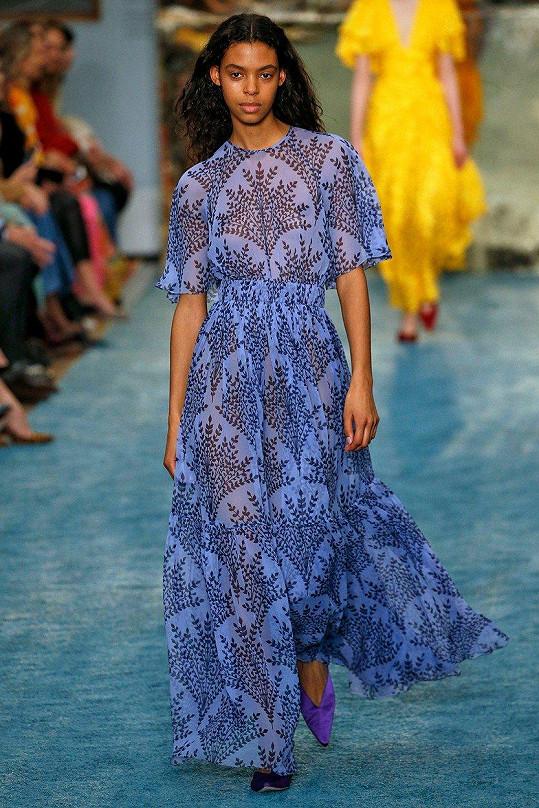 Šaty navrhářky Caroliny Herrary předvedla modelka Alyssa Traore.