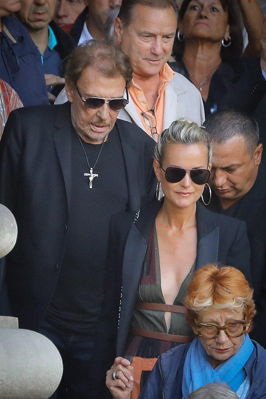 V září se v Paříži zúčastnili pohřbu Mireille Darc.