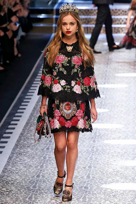 Na přehlídce Dolce & Gabbana nasadila i korunu...