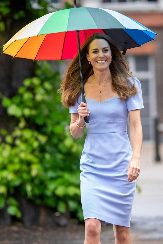 Kromě úsměvu na rtech nechyběl ani duhový deštník, kvůli proměnlivému počasí.