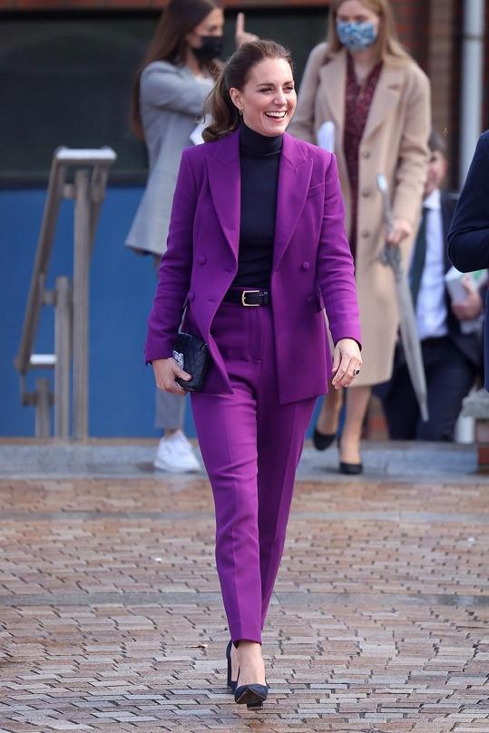 Kate Middleton přímo zářila ve fialovém kostýmku.