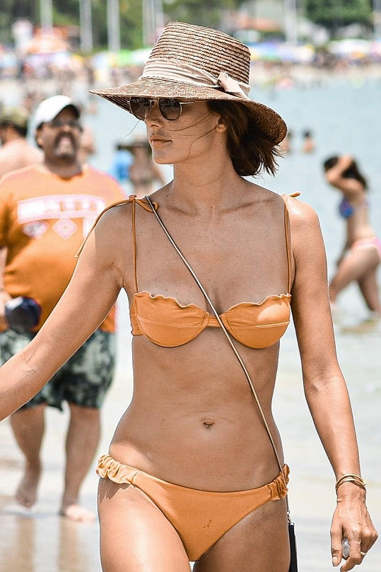 Alessandra Ambrosio oslňovala v plavkách na pláži v Brazílii.