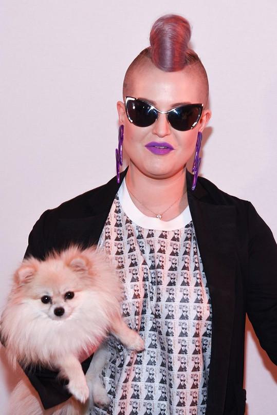 Kelly Osbourne na přehlídce Jeremyho Scotta se svým psíkem