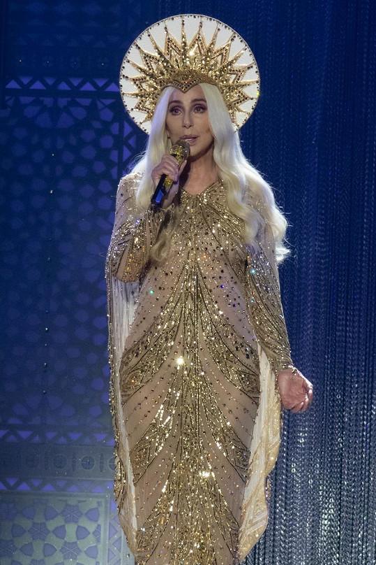 Blond bohyně ve zlatém