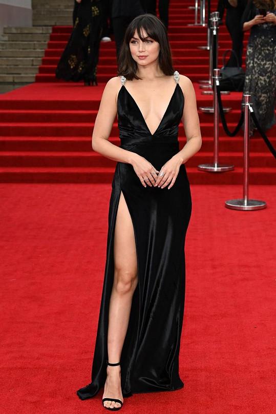 Ana de Armas vynesla sexy šaty s výstřihem od značky Louis Vuitton.