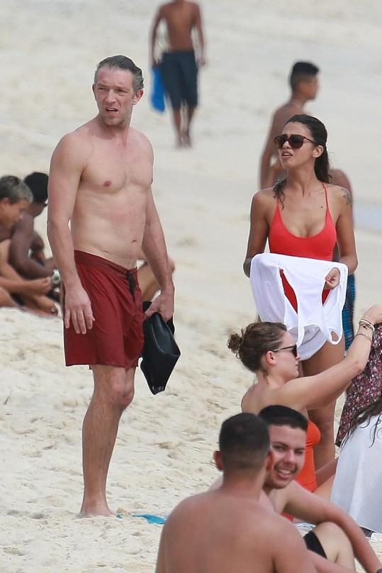 V Riu mu společnost dělala tato brunetka.