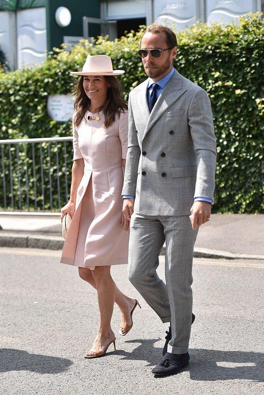 Pippa Middleton v doprovodu bratra Jamese