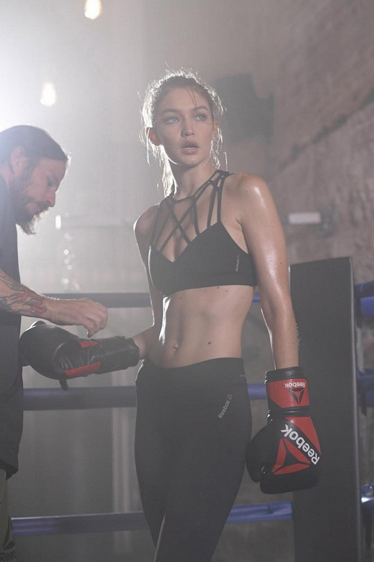 Gigi jako sexy boxerka.