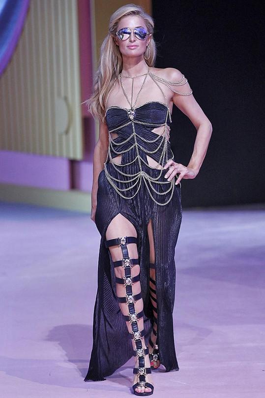 Paris Hilton si na mole ostudu rozhodně netrhla.