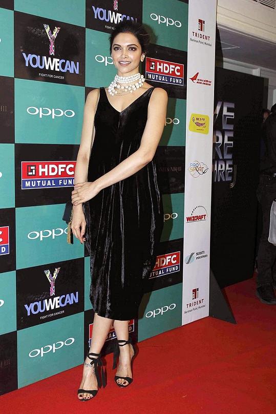 Bollywoodská kráska podporuje indické módní tvůrce. Na fotce v balonových šatech značky Shantanu Nikhil Mumbai.