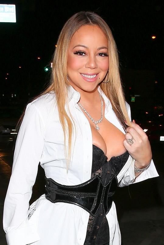 Mariah Carey se s Jamesem Packerem rozešla, ale prsten za 10 miliónů dolarů jí zůstal.