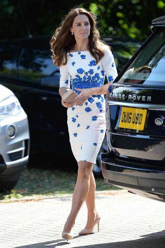Návštěva Keech Hospice Care v srpnu 2016. Kate měla tyto bílomodré šaty.