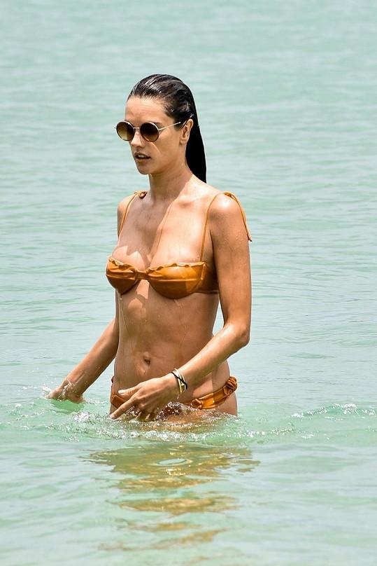 Její miniaturní plavky téměř splynuly s barvou její pokožky.