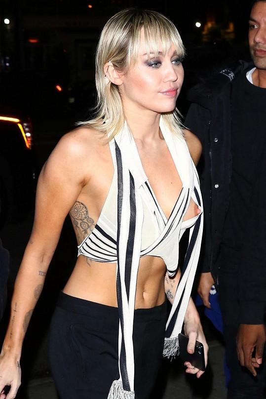 Miley Cyrus neuhlídala bradavku.