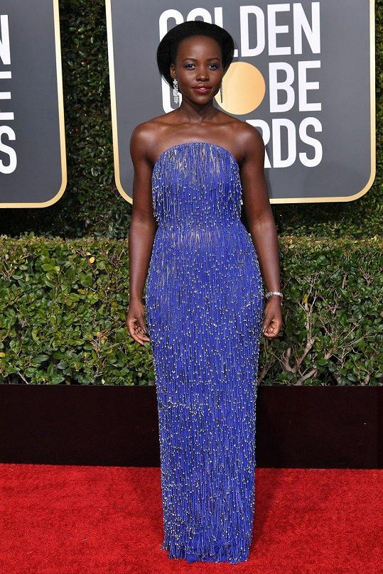 Šaty bez ramínek s třásněmi a pajetkami, které na míru ušili u Calvina Kleina, vypadaly božsky, když se v nich hvězda filmu Black Panther Lupita Nyong'o dala do pohybu.