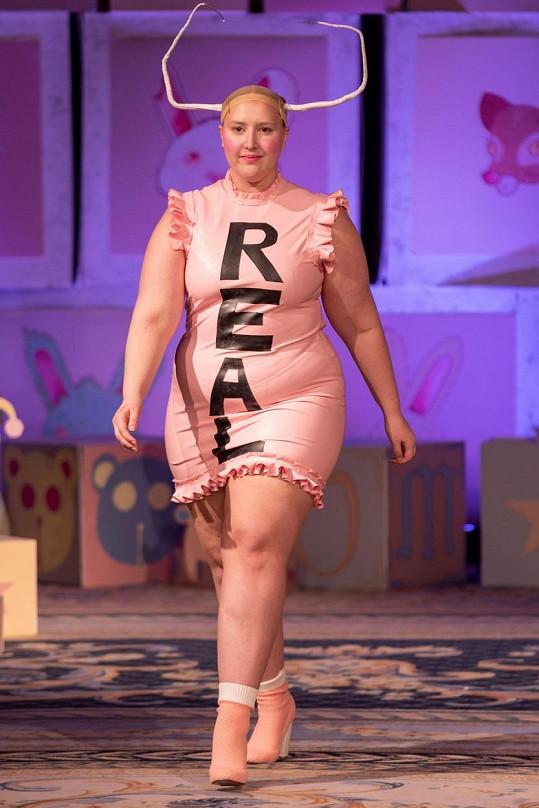 Honey Ross na přehlídce londýnského fashion weeku v loňském roce