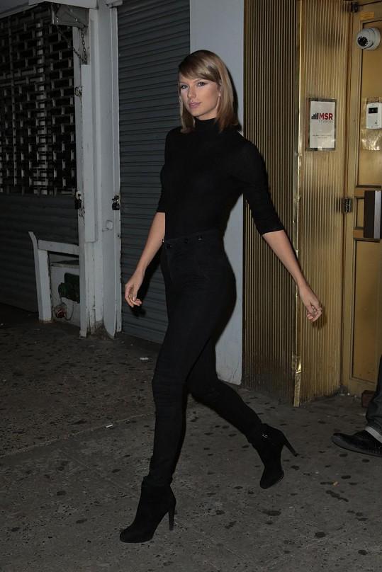 Americké zlatíčko Taylor odchází z nahrávacího studia na Manhattanu.