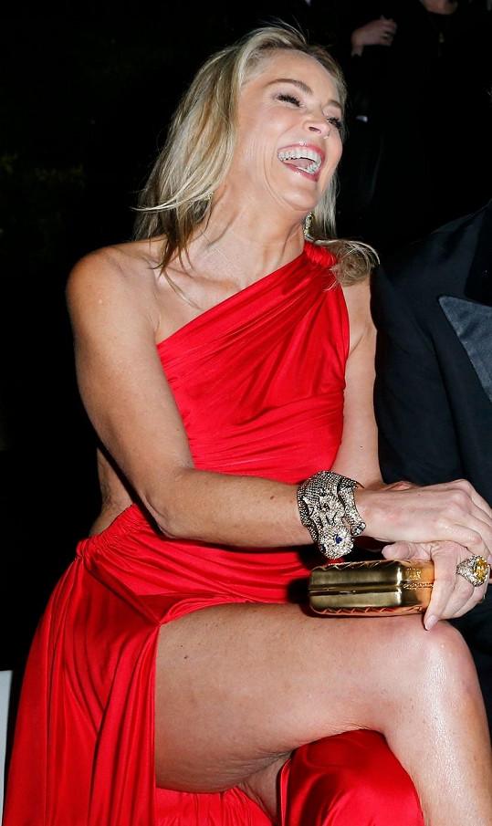 Sharon Stone opět přehazovala nohu přes nohu.