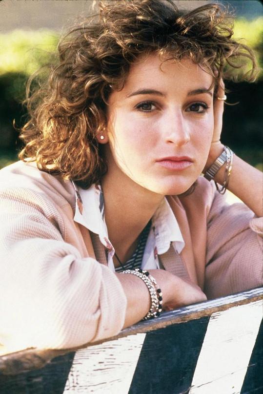 Jennifer Grey ve 26 letech. Tehdy hrála v Hříšném tanci náctiletou dívku.