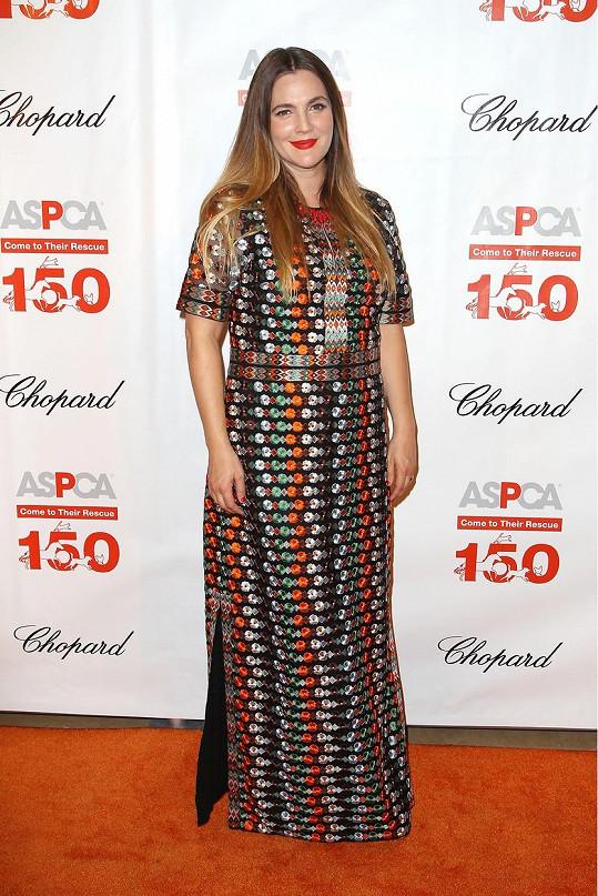 Drew Barrymore se v totožných šatech ukázala na charitativní akci.
