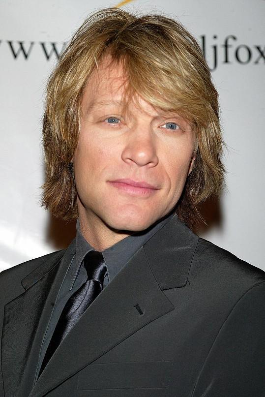 V roce 2003 se zase více navrátil k blond.