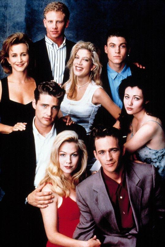 Luke Perry jako Dylan (vpravo dole) s partičkou z Beverly Hills 90210.