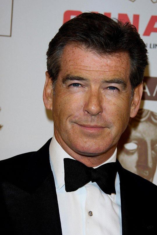 Z černovlasého Bonda je nyní sexy prošedivělý muž.