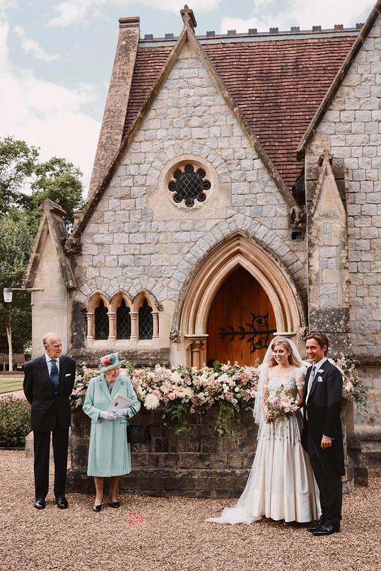 Svatbu měli loni na hradě Windsor. Nechyběla královna Alžběta II. a princ Philip.