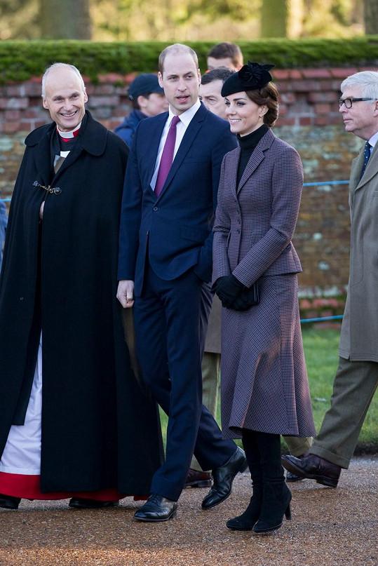 Vévodkyně Kate se den po svých 34. narozeninách účastnila s manželem pietního aktu v kostele.