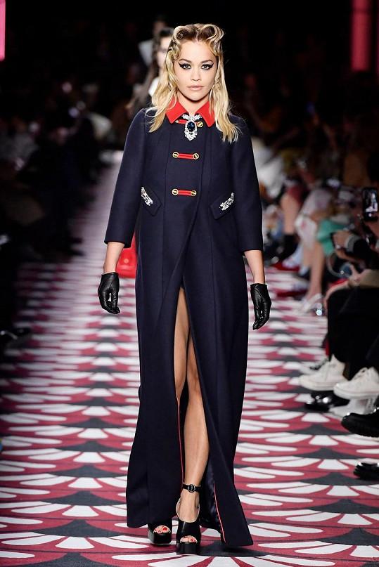 Zpěvačka se prošla po přehlídkovém mole na týdnu módy v Paříži.