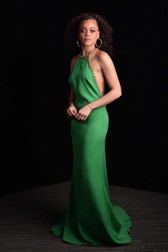 Lemování zářivě zelených šatů Elie Saab bylo už natolik výrazné, že suplovalo úlohu šperku. Andra Day tak už volila jen nápadné náušnice a prsteny.