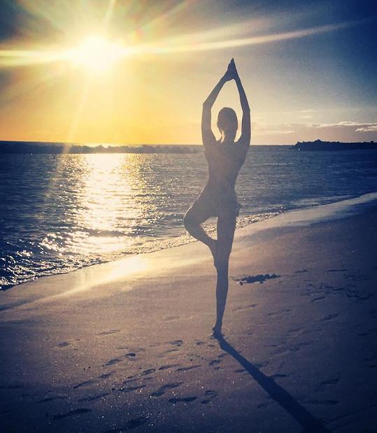 U moře cvičí jógu.